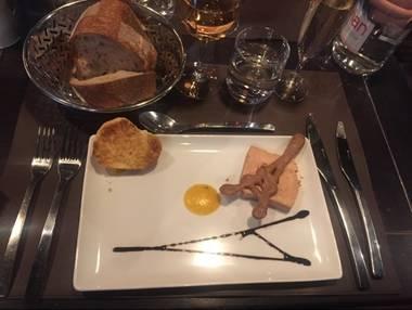 파리 에펠탑에서 즐기는 맛있는 음식과 멋진 풍경